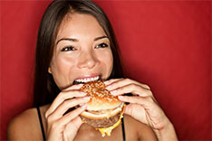 Asiat spiser burger